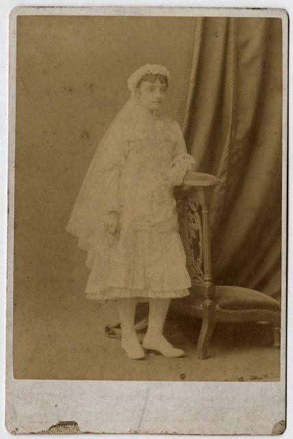 Retrato de una niña el día de su comunión