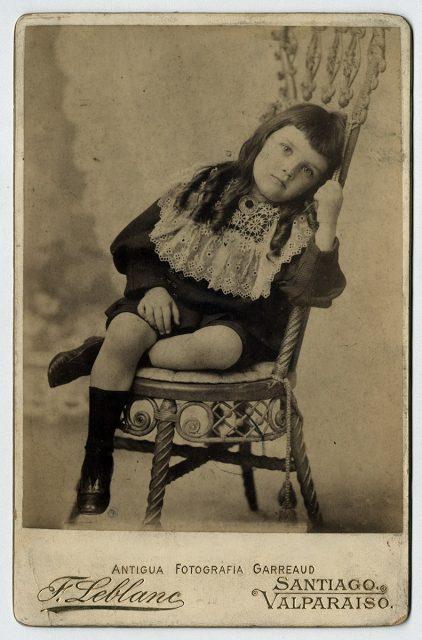 Retrato de un niño con rulos
