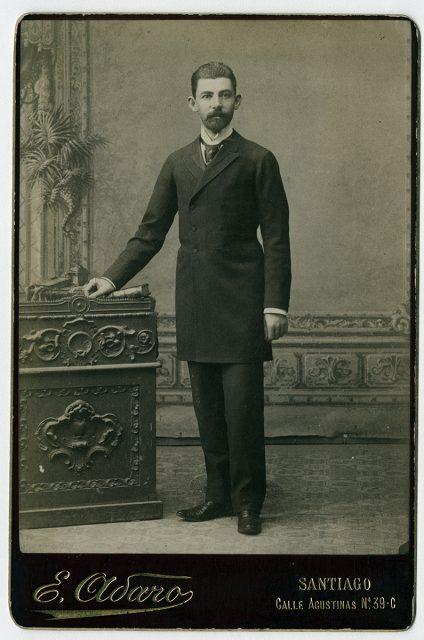 Retrato de hombre con barba y bigote