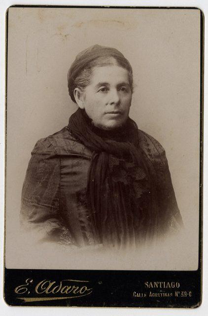 Retrato de mujer con bufanda negra