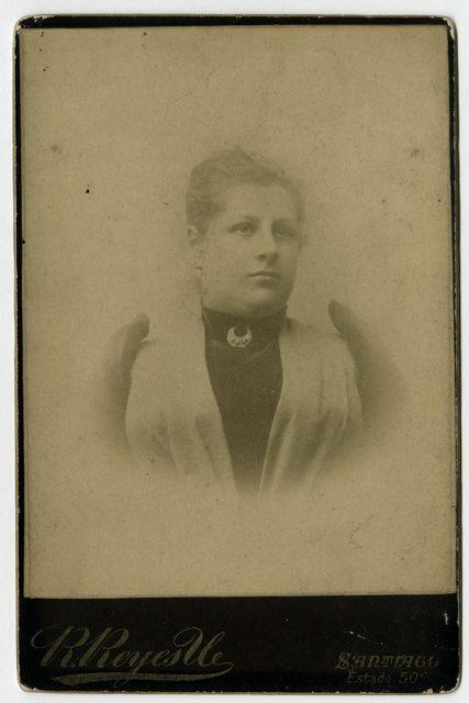 Retrato de una mujer con broche en forma de medialuna