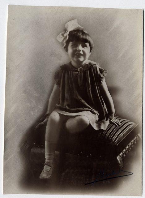 Niña sentada sobre un taburete
