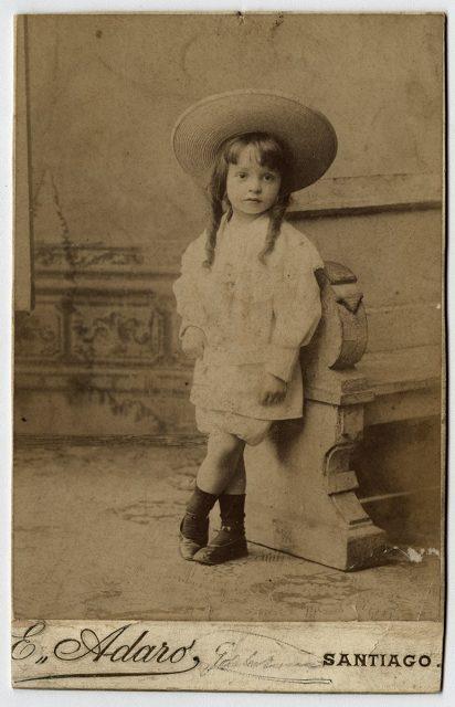 Retrato de un niño con dos rulos