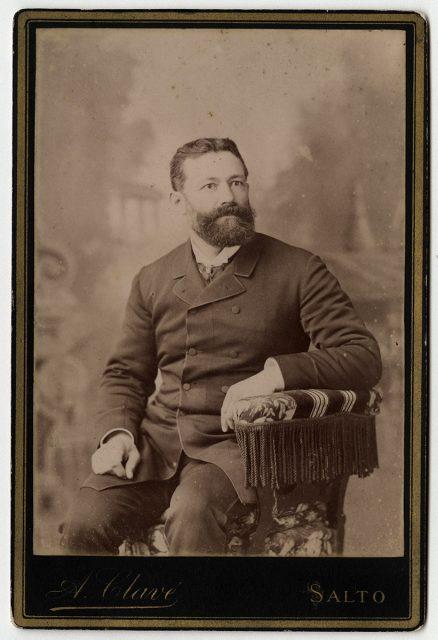Retrato de un hombre con barba sentado