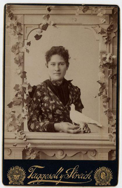 Retrato de una mujer con una paloma