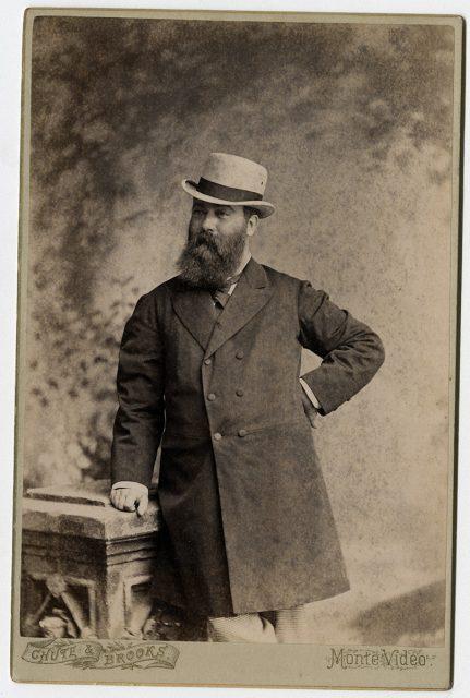 Retrato de un hombre con sombrero blanco