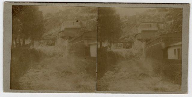 Vista de una cascada con casa al lado