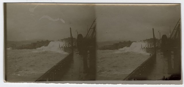 Muelle batido por olas