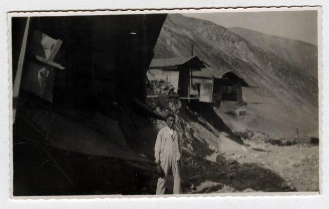 Hombre cerca de los escombros de unas casas