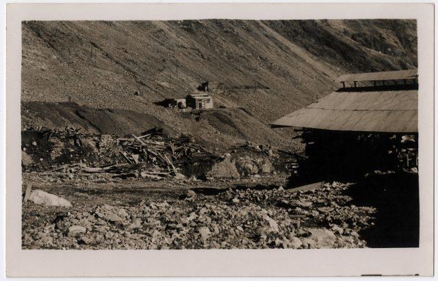 Vista de unas casas cerca de un cerro