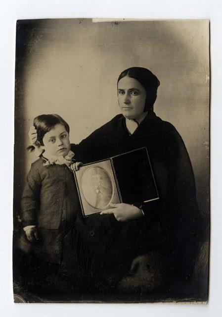 Viuda con su hija y el retrato de su esposo