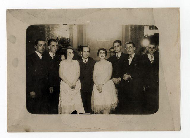 Grupo de jóvenes en una fiesta