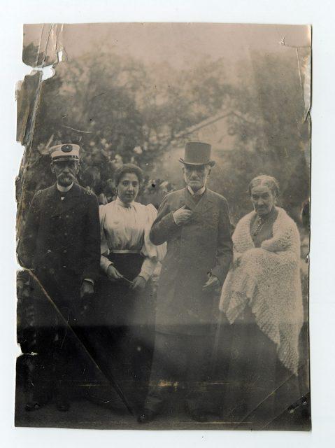 Adolfo Holley con un hombre y dos mujeres