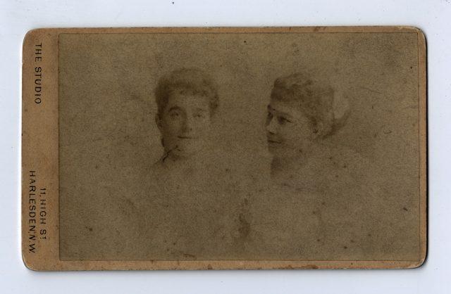 Retrato de dos jóvenes mujeres