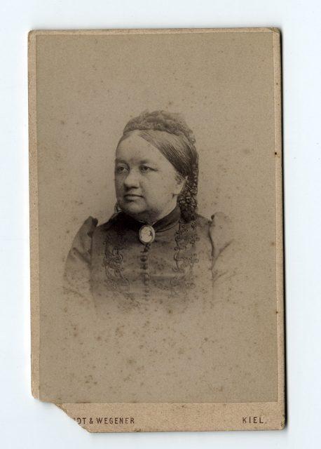 Retrato de una mujer con camafeo
