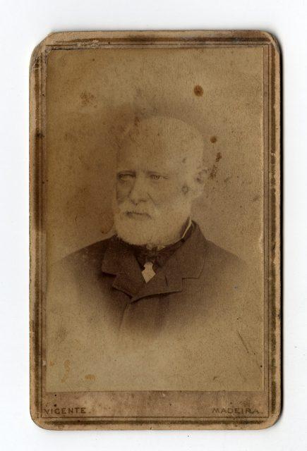 Retrato de un hombre con barba blanca