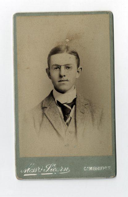 Retrato de un joven con lentes