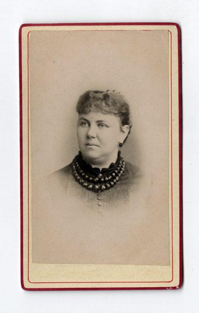 Retrato de una mujer con collar de perlas