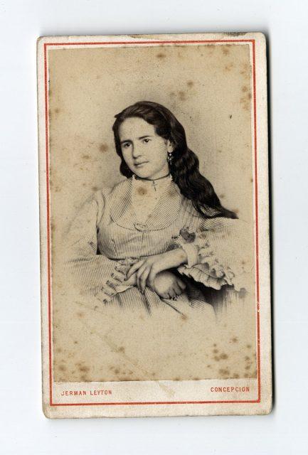Retrato de una joven con el pelo suelto
