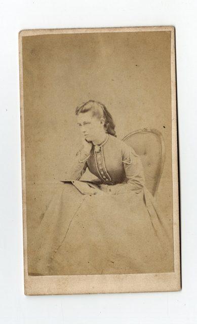 Retrato de una mujer con libro