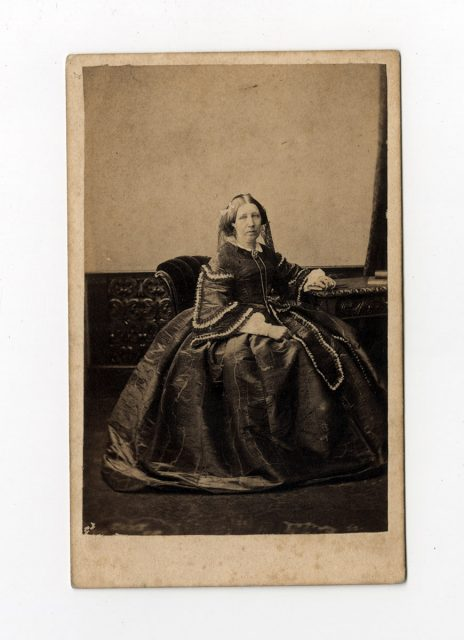 Retrato de una mujer con vestido a crinolina
