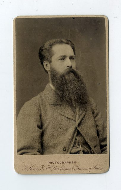 Retrato de un hombre con barba larga