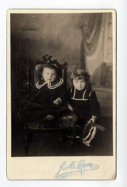 Niños vestidos de negro