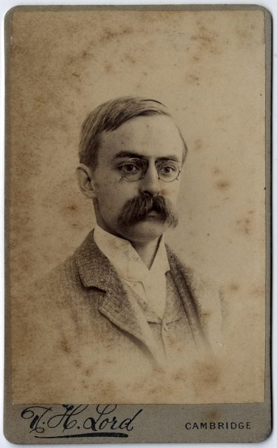 Hombre con bigote y lentes