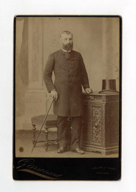 Retrato de hombre con bastón