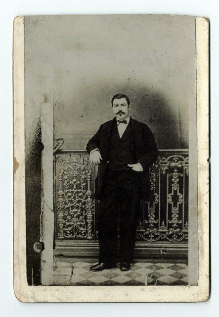Retrato de un hombre sobre un balcón
