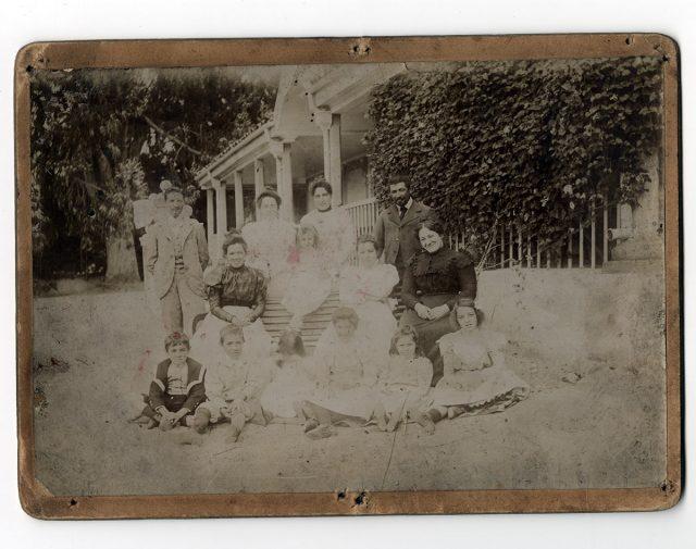 Familia delante su casa de campo
