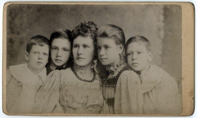 Mujer con sus cuatro hijos