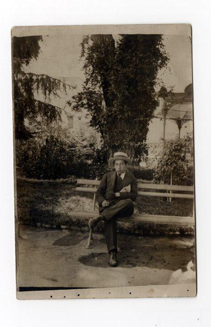 Hombre sentado sobre un banco