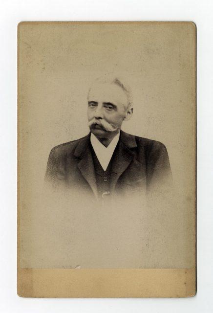 Retrato de un hombre con bigote grande
