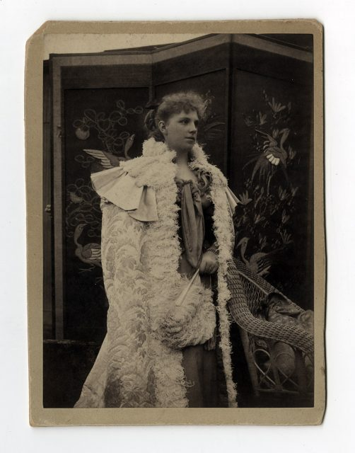 Mujer con abrigo de pluma