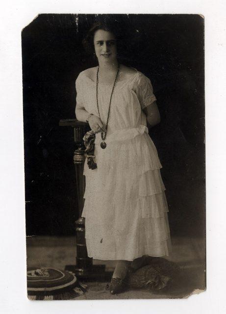 Mujer de pie con vestido blanco