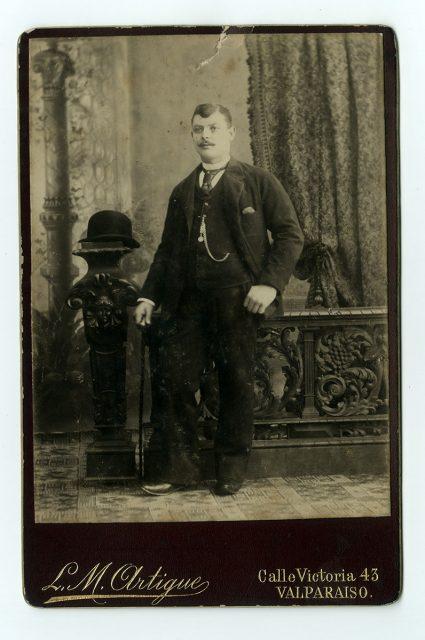 Retrato de un hombre de pie con bastón