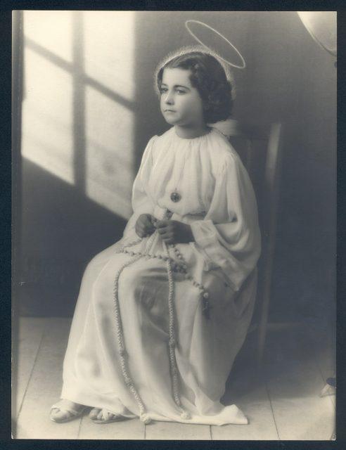 Retrato de  niña vestida de ángel