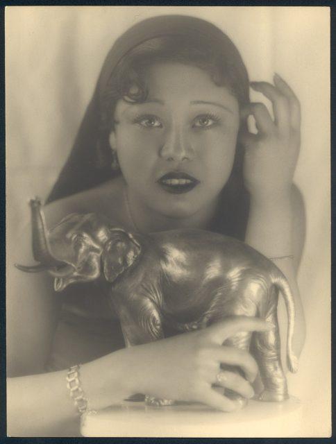 Retrato de una mujer con un elefante