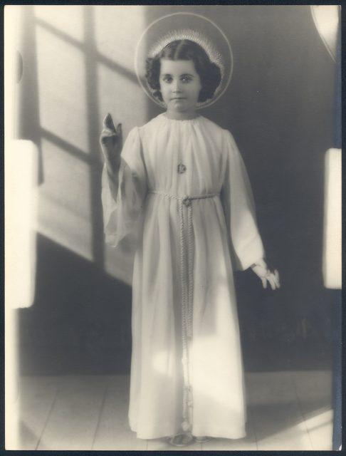 Retrato de una niña vestida de ángel