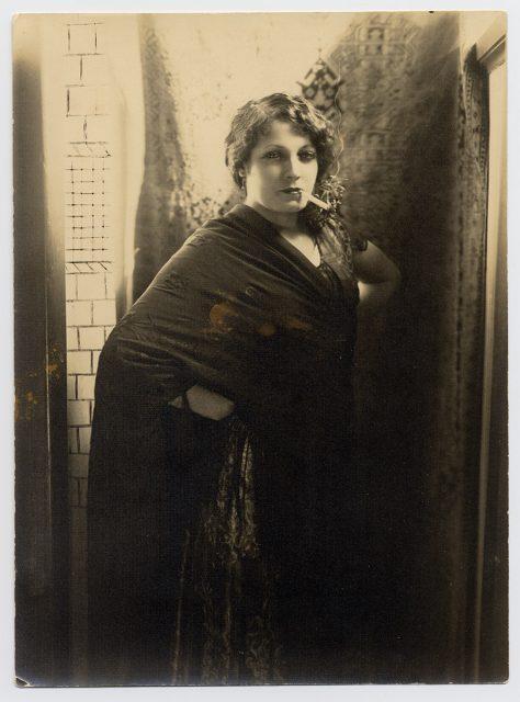 Mujer con mantilla española y cigarro