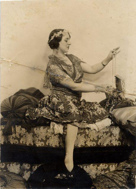Mujer admirando sus joyas