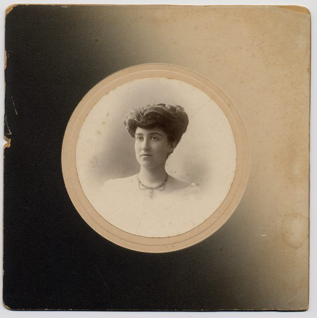 Retrato de una mujer con collar