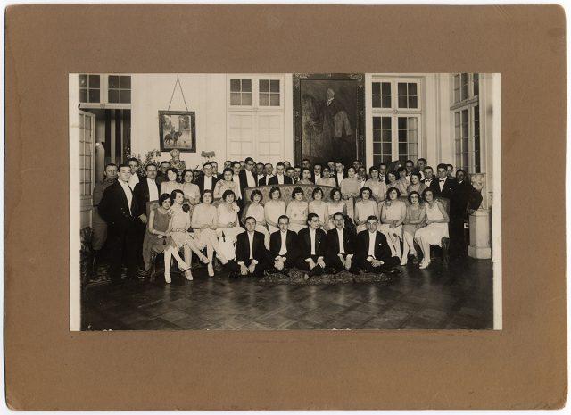 Asistentes a un baile en casa de Luis Barros Borgoño