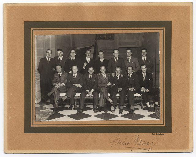 Grupo de hombres posando en un hall del Club de la Unión