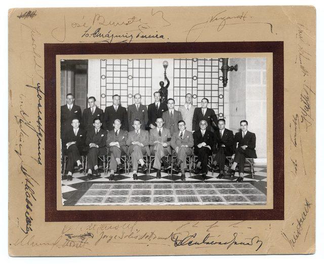 Grupo de hombres en un hall del Club de la Unión