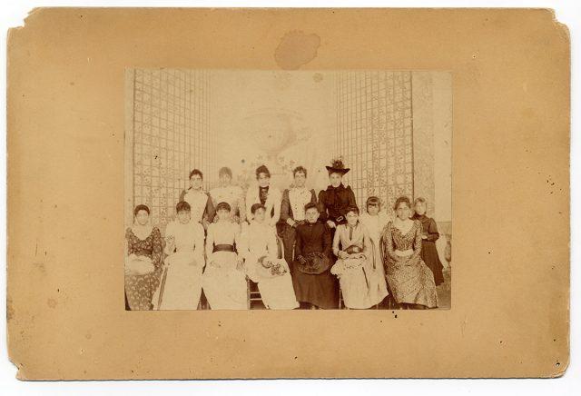 Retro de un grupo de mujeres