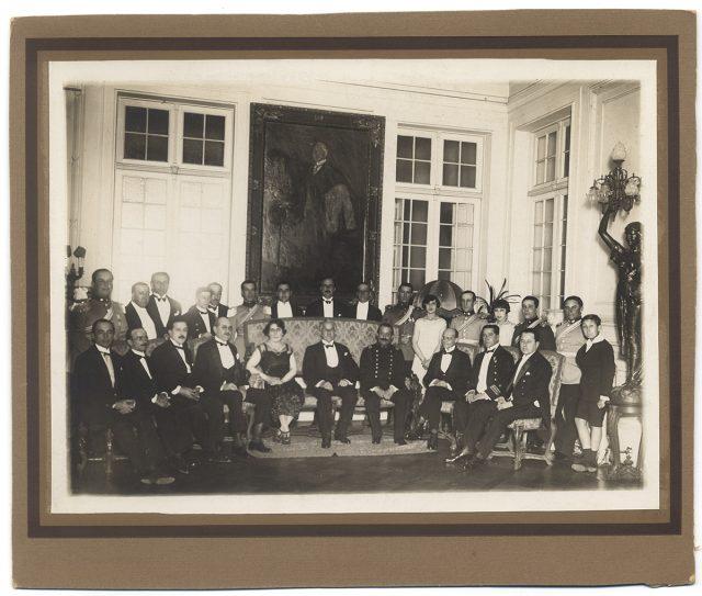 Luis Barros Borgoño con sus invitados en su casa