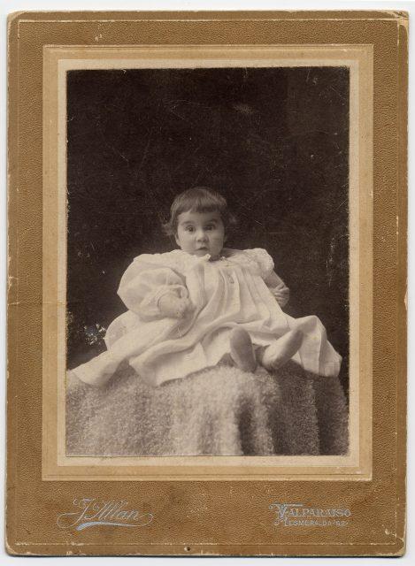 Retrato de un niño con vestido blanco