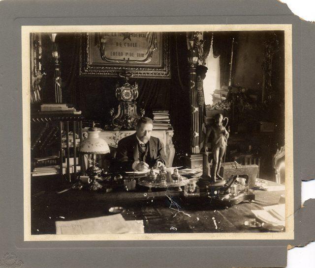 Retrato del presidente Germán Riesco sentado en su escritorio